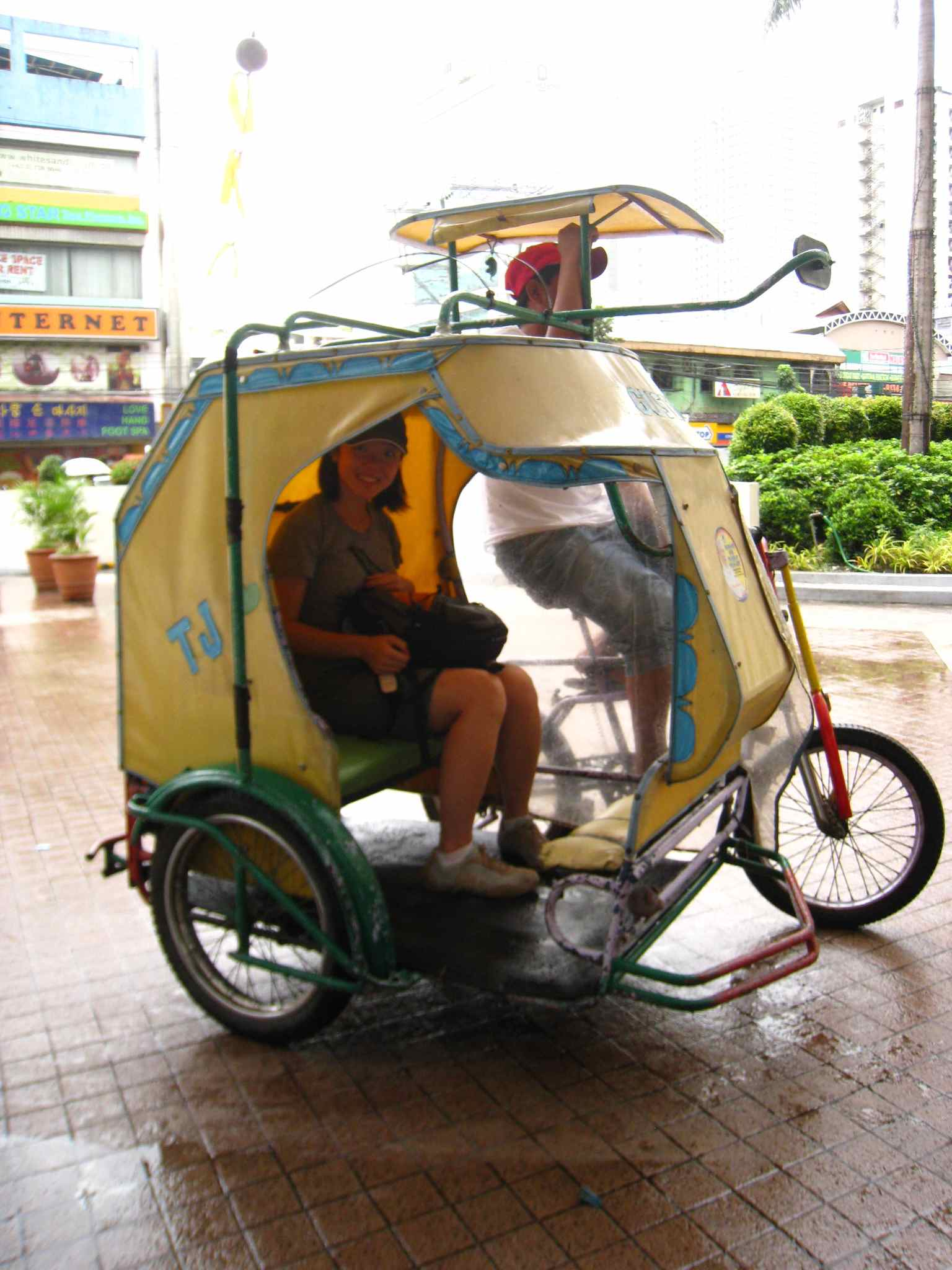 http://picturebangkok.files.wordpress.com/2009/08/pedicab.jpg